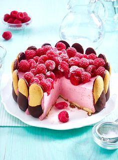 Himbeercreme, Schoko-Biskuits und jede Menge frische Früchte oben drauf - dieser Kuchen ohne Backen ist perfekt für die Kaffeetafel im Sommer!