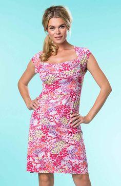 Květinové šaty z měkce splývavého, poddajného žerzeje. Krátké raglánové rukávy, nabírání na prsou.