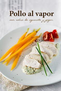 Pollo al vapor con salsa de aguacate y yogur