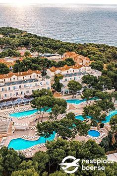 Ein Hotel das ihren Mallorca-Urlaub perfekt macht. #Hotel #Tipps #Urlaub  #Unterkunft Hotels, Strand, Abs, River, Club, Outdoor, Island, Family Vacations, Tips