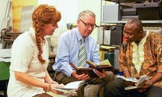Ida y Filip dan clases de la Biblia a un hombre