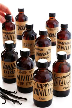 Homemade vanilla extract recipe is super easy to make in a large or small batch with just 2 ingredients. Free printable bottle labels included too! Holiday Desserts, Holiday Treats, Holiday Gifts, How To Make Homemade, Homemade Gifts, Diy Gifts, Beautiful Pie Crusts, Vanilla Extract Recipe, Printable Labels