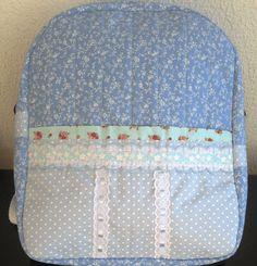 Essa é uma mochila de tamanho grande, na cor azul clara e também pode ser feita de outras cores e com outros padrões de tecidos. Ideal para viagens, ela é bem feminina , você pode diminuir as menin…