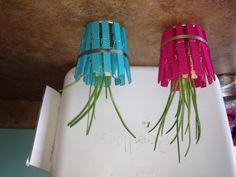 Cadeau fête des mères de garderie fait avec des épingle à linge peinturer par les enfants et ensuite, poser alentour d'un pots remplis de terre :)