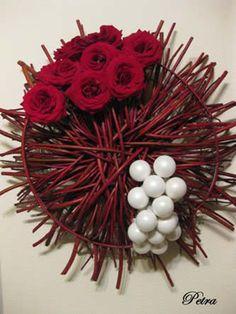 leren bloemschikken: kerststukje met rozen in Cornus