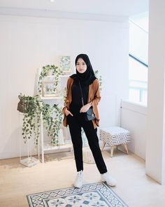 Sneakers Hijab Outfit via Sari Indah Pertiwi hijab casual Modern Hijab Fashion, Street Hijab Fashion, Hijab Fashion Inspiration, Muslim Fashion, Modest Fashion, Fashion Outfits, Fasion, Hijab Style, Hijab Chic