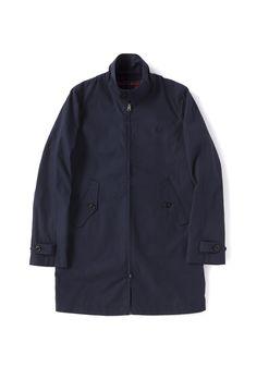 ハリントンジャケットのデザインをコート丈にアレンジしたアイテムです。UKの定番ハリントンジャケットの素材を日本でリプロしたこだわりの詰まった生地を採用。スッキリしたシルエットながら、オーバーコートをイメージした着用感となっていますので、ビジネスシーンでも着用して頂けます。更に今回は脱着可能なライナーベスト付きで、ベスト単体でも着られるようなシルエットにパターンを調整しています。ファスナー引手、ボタンはロゴ入りです。