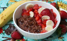 Il porridge cioccolato e avena è una rivisitazione della classica colazione all'inglese. Tiene lontana la fame, appaga e fa dimagrire ma senza stress.