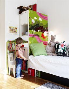lampe de chevet et tête de lit sur le côté de la bibliothèque( pratique pour passer les fils..)