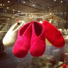 Neulotut huopatossut koko perheelle + OHJE Knitting Socks, Slippers, Diy And Crafts, Handmade, Shoes, Villas, Fashion, Knit Socks, Moda