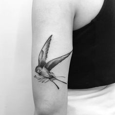 Tatuagem feita por Tiago Dhone de Curitiba. Passarinho em preto e cinza no braço.