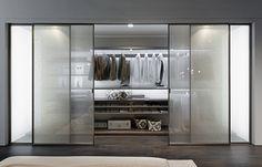 Zalf omlanserar garderoben Picà, denna gång med nya dörrar gjord av två paneler, glas och ett lager av tyg mellan dem för den mjukare, rökiga effekten. Panelerna kommer med en ny yta i Cretto Cashmere