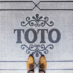 The design possibilities with mosaics are endless. This photo brings us all the way to the Toto Restaurant in Barcelona, Spain. Mosaic Tiles, Wall Tiles, Mosaic Floors, Floor Design, Tile Design, Tile Patterns, Textures Patterns, Entry Tile, Typography Letters