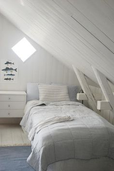 Another white loft room Dream Rooms, Dream Bedroom, Home Bedroom, Attic Rooms, Attic Spaces, Loft Room, White Cottage, Beach House Decor, Home Decor
