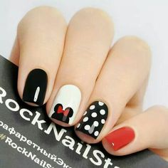 False nails have the advantage of offering a manicure worthy of the most advanced backstage and to hold longer than a simple nail polish. The problem is how to remove them without damaging your nails. Mickey Nails, Minnie Mouse Nails, Mickey Mouse Nail Art, Pink Minnie, Disney Nail Designs, Nail Art Designs, Nails Design, Nail Art Ideas, Red Nails