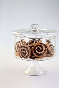 Really lovely jar, like a cross between a bell jar and a cake tin!