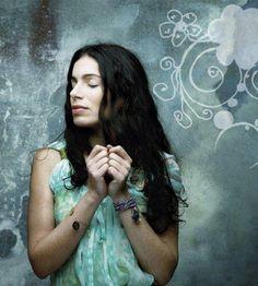 Przebacza się tym, którzy nie przebaczają.Opowieść o piosenkarce Yael Naim. Ta artystka już się raz pojawiła na liście. Może przemknęła niezauważona, bo nie jest znana w Polsce. A szkoda. Kim ona …