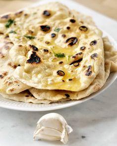 Hjemmlaget garlic naan i stekepannen Veggie Recipes, Indian Food Recipes, Cooking Recipes, Keto Bread, Bread Baking, Garlic Naan, Bread Machine Recipes, Fermented Foods, Snacks
