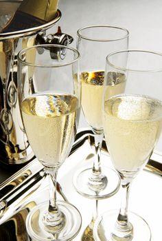 La maison R Legras s'associe cette année avec la marque de caviar Ebène pour former un coffret de fête. Composé de la Cuvé Présidence millésime 2002 R Legras, de 100 grammes de caviar Ebène, de deux flûtes et de deux cuillères de corne, ce coffret est une exclusivité.