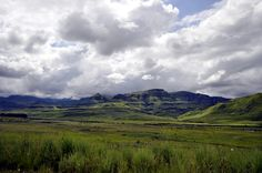 "Die Krimis von James McClure spielen in der atemberaubenden Landschaft der Provinz Natal. Darren Glanville from Acle, Norfolk, UK (https://commons.wikimedia.org/wiki/File:Drakensberg_(15976239980).jpg), ""Drakensberg (15976239980)"", https://creativecommons.org/licenses/by-sa/2.0/legalcode"