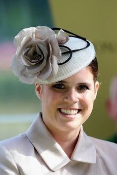 Not easy to salute when you wear wide-brimmed hats. It's difficult exercise which have faced the Princess Marie Christine of Kent and Zara Phillips, daughter of the Princess Royal during their meeting in Ascot races.