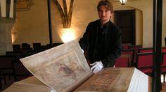 """La leyenda afirma que este monumental libro fue escrito por un monje benedictino con ayuda del """"ángel caído"""" en menos de 24 horas. El """"Codex Gigas"""" (que significa """"Libro Grande en latín), también llamado """"Códice del diablo"""" o """"Biblia del diablo"""", es un antiguo manuscrito medieval en pergamino creado a principios del siglo XIII que … Más"""