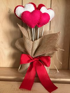Valentine's Day is adorned with numerous craft specialties. Handmade crafts infuse Valentine's Day with a special color. Numerous easy-to-make craft … Felt Christmas Decorations, Valentines Day Decorations, Valentine Day Crafts, Valentines Ideas For Her, Handmade Valentine Gifts, Handmade Felt, Handmade Crafts, Heart Crafts, Felt Hearts