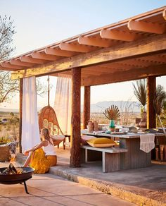 Aménagement terrasse avec table en béton et fauteuil suspendu. Outdoor Stools, Outdoor Dining, Outdoor Spaces, Indoor Outdoor, Table Beton, Anthropologie Home, Garden Tool Set, Shabby Chic Bedrooms, Small Bedrooms
