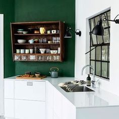 Intense green on a kitchen wall  Verde intenso per una cucina chic  #kitchendesign #kitchenwall #colorpalette #green #homedecor #interiors #inthemoodfordesign