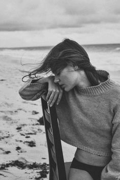 Cozy up, it's sweater weather time Photos) Dark Photography, Black And White Photography, Portrait Photography, Fashion Photography, Foto Fashion, Fashion Beauty, Photographie Portrait Inspiration, Beach Shoot, Photography Poses