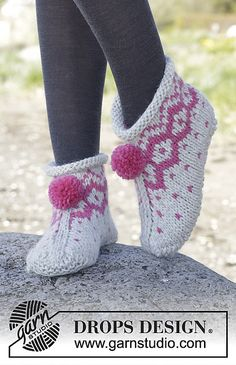 Winter Poppies Slippers / DROPS – Free knitting patterns by DROPS Design - handschuhe sitricken Loom Knitting, Knitting Socks, Knitting Patterns Free, Knit Patterns, Free Knitting, Free Pattern, Knitted Slippers, Crochet Slippers, Knit Crochet