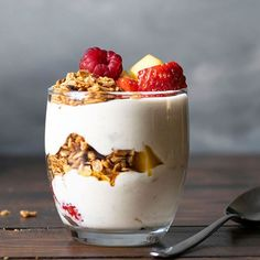 These honey-sweetened homemade yogurt parfaits with fruits and granola are just as delicious whether you have them for breakfast or as a healthy dessert. Refreshing Desserts, Summer Desserts, Cereal Recipes, Cake Recipes, Halva Recipe, Sugar Free Granola, Whipped Chocolate Ganache, Parfait Recipes, Kabobs