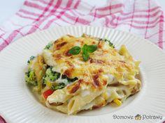 Przepis na makaronową zapiekankę z kurczakiem i warzywami. Jak zrobić Makaronowa zapiekanka z kurczakiem i warzywami Zaspokoi kulinarne upodobania zarówno fanów makaronu, warzyw, mięsa, jak i tych sosu beszamelowego. Makaronowa zapiekanka z kurczakiem i warzywami jest po prostu pyszna i do tego stosunkowo łatwa w przygotowaniu. Możecie ją sobie wcześniej przygotować (np. rano), a Lasagna, Cooking, Ethnic Recipes, Food, Recipies, Kitchen, Essen, Meals, Yemek