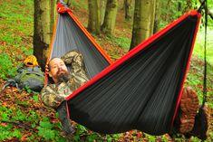 Je to pohodlie, ktoré si môžete rozbaliť kdekoľvek medzi stromami. Uviažete na kmene kotviace lanká, na jedno z nich pripnete vrecúško v tvare polmesiaca a keď rozopnete zips a potiahnete oceľový hák na druhú stranu, pred vami sa vypína jedna z najpohodlnejších postelí do prírody. Ak príde na hamaky, najlepšie by ich mali mať v …