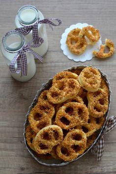 Diós-sajtos perec Hungarian Desserts, Hungarian Cuisine, Onion Rings, Main Dishes, Cake Recipes, Muffin, Goodies, Ethnic Recipes, Minden