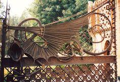 Finca Guell - Reja de los pabellones Guell, Barcelona, de Gaudí, que desarrolla como motivo decorativo la figura de un dragón.