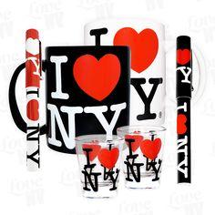 Erstmalig bieten wir allen New York City Fans die Möglichkeit ein I LOVE NY Vorteilspaket zu kaufen. Das New York Set #1 beinhaltet jeweils eine weiße und eine schwarze I LOVE NY-Tasse, 2 New York Kugelschreiber in weiss und schwarz, sowie 2 Shotgläser! Somit erhälst du insgesamt 6 tolle I LOVE NY Produkte in einem praktischen New York Paket. Ideal als Geschenk für deine Liebsten oder die eigenen vier Wände.