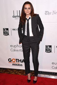 Leighton Meester en versión gentleman, con traje sastre y corbata.