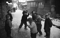 空町の子供達. Young children playing in the street. Japan. Undated vintage black and white photo.