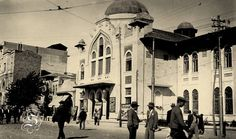 Elhamra Sineması ve İzmir Devlet Opera ve Balesi 1923 - 1933 yılları arasında İzmir, Türk özelliklerini yansıtan yapılarla donatıldı, çağdaş bir kent yaratılmaya çalışıldı. Beyler Sokak'ta bulunan Salepçizade Konağı'nın selamlık bölümü İttihat ve Terakki Cemiyeti'nin çalışmaları doğrultusunda 1912 yılında İzmir Milli Kütüphanesi'ne dönüştürüldü. Milli Kütüphane'nin yanındaki Elhamra Sineması 1922-1926 yıllarında yapıldı. Neoklasik üsluptaki bu yapı günümüzde İzmir Devlet Opera ve Balesi…