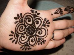 Check out these easy henna designs. In this article, we have listed the best simple mehndi designs that you can easily implement on your skin.
