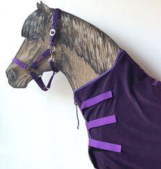Perfekt sitzender High-Neck-Schnitt. Jedem Pferd seine Farbe, z.B. Abschwitzdecke Klassik Kollektion Aubergine/Amethyst. Deine Sportsfreund Abschwitzdecke für Isländer entfaltet ihre Abschwitzfunktion genau da, wo sie am meisten gebraucht wird: an Hals und Brust. Dank der drei Klettlaschen kannst du die hochgeschlossene Pferdedecke ganz einfach jedem Pferd passgenau anziehen. Sie liegt an der Brust doppelt an, hält dicht, schön warm und kann besonders viel Feuchtigkeit nach außen…