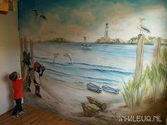 Strand muurschildering jongenskamer, met bootjes, vuurtoren, schatkist, meeuw en jip