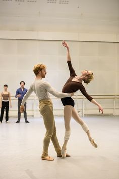 Akane Takada, Tristan Dyer, Steven McRae and Sarah Lamb in rehearsal for Within the Golden Hour, The Royal Ballet © 2016 ROH. Photograph by Bill Cooper Ballet Poses, Dance Poses, Ballet Dancers, Ballerinas, Ballet Barre, Ballet Class, Royal Ballet, Shall We Dance, Just Dance