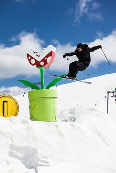 Mario Snowpark  Voici une initiative originale avec ce snowpark qui s'est transformé en un décor inspiré de l'univers de Mario et de Nintendo. Un travail sur la mise en scène à l'occasion du contest de ski et snowboard freestyle Kumi Yama organisé aux 2 Alpes pour la cinquième édition.