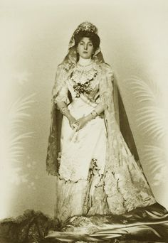 Princess Victoria Eugenia of Battenberg in her wedding gown. This must be one of the few (or unique!) images of her with that dress. Lets remember that , after the ceremony, the newlyweds were victims...