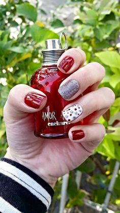 Esmaltado permanente snow white 🍎 Holiday Nail Art, Nail Designs, Perfume Bottles, Beauty, Enamels, Frases, Matte Nails, Pedicures, Feet Nails