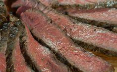 """Aprenda receita da clássica carne americana """"ribeye"""" com molho especial feito com várias ervas"""