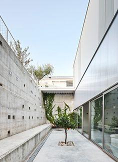 Casos de Casas' plastic-clad house designed to adapt to all the Spanish seasons.