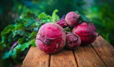 It is known by different names, such as beetroot in English, la remolacha in Spanish, and Hong cai tou in Chinese. Today we will talk about the health benefits of beetroot and its harm, so let's start. How To Make Beets, Beetroot Benefits, Beet Chips, Beet Salad Recipes, Juice Recipes, La Constipation, Celerie Rave, Red Beets, Chopped Salads